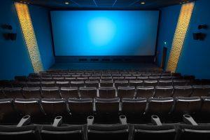 Ecran de cinéma et sièges vides vus depuis le haut de la salle