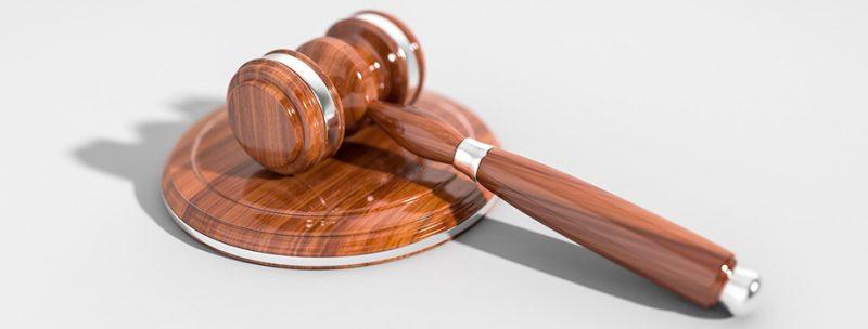 Maillet de juge en bois avec socle pour les mentions légales