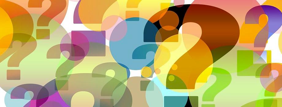 Plusieurs points d'interrogation de couleur