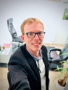 Selfie d'Eric Bessot dans son cabinet d'hypnose thérapeutique